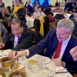 好難夾…紐約市長白思豪吃中餐挺華人