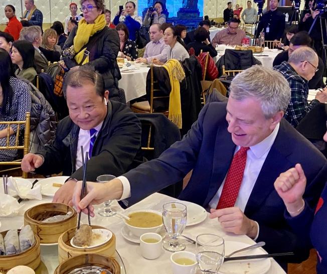 白思豪(右)在法拉盛的中餐館用餐,左為杜彼得。(記者朱蕾/攝影)