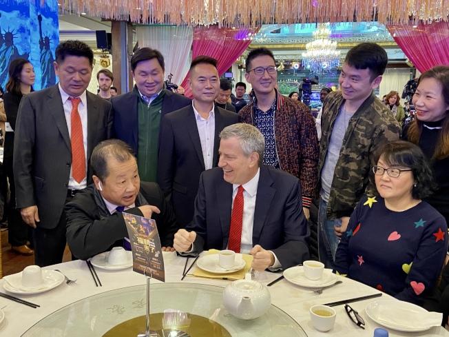 市長白思豪(前排中)到訪法拉盛,並在中餐館用餐,前排左一為杜彼得。(記者朱蕾/攝影)