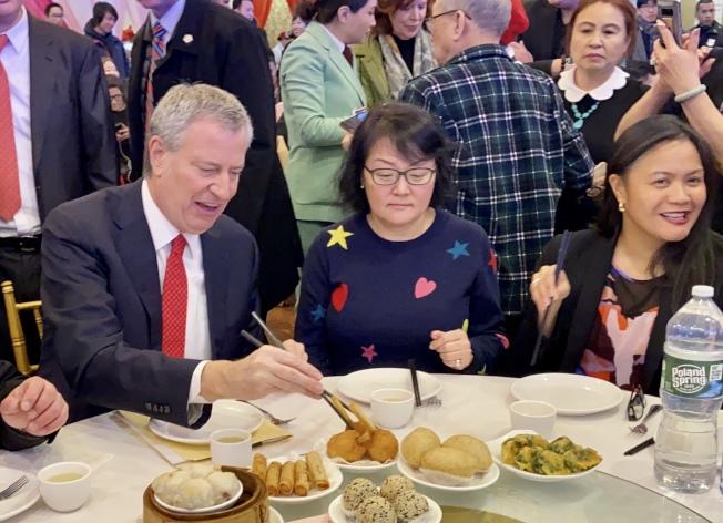 市長白思豪(左)13日在法拉盛的中餐館用餐。(記者朱蕾/攝影)