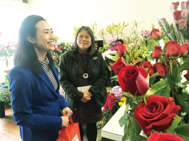 情人節前夕,李麗嫦(右)和陳詩敏探訪新華埠的花店。(記者李秀蘭/攝影)