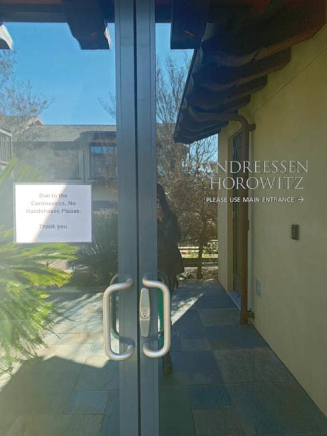 矽谷最權威的創投公司Andreessen Horowitz,本周一被人發現大門貼出「Nohandshakes,please.」的告示。(取自推特)