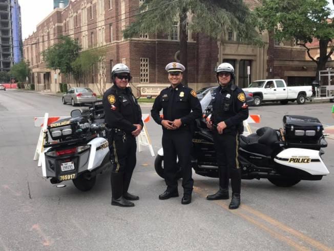 聖安東尼奧市警民合力制伏莽漢,得到市民稱許。(市警察局臉書)