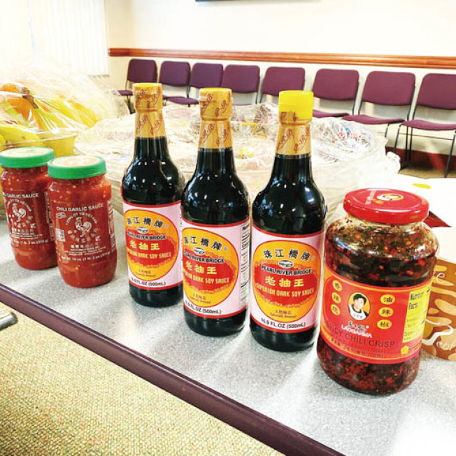 隔離的軍事基地中,考慮到華人口味,特地準備了老乾媽和老抽等食品。(Julia供圖)