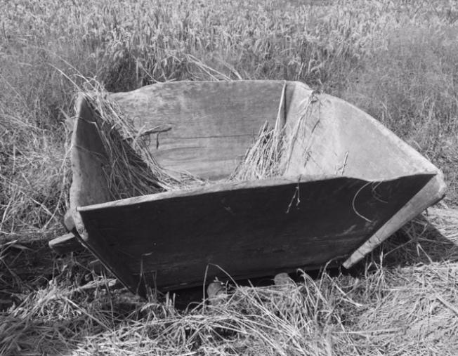 一只老舊的稻桶。