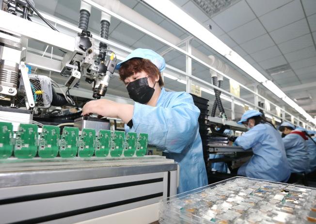 防疫期間,醫療用品需求大增。圖為河北省秦皇島市的醫療設備生產企業開足馬力生產,全力保障市場供應。(新華社)