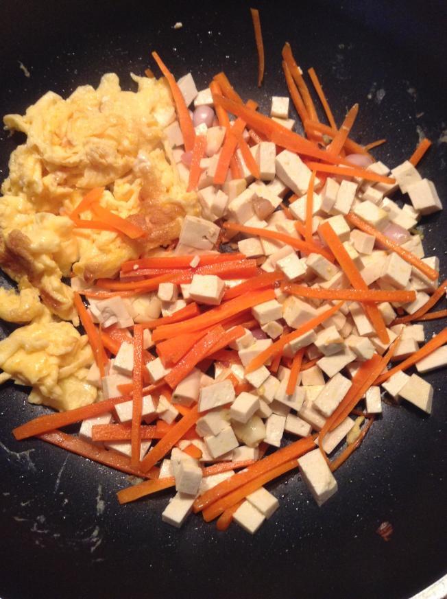 板豆腐丁、胡蘿蔔絲、雞蛋炒開,就是春卷餡。