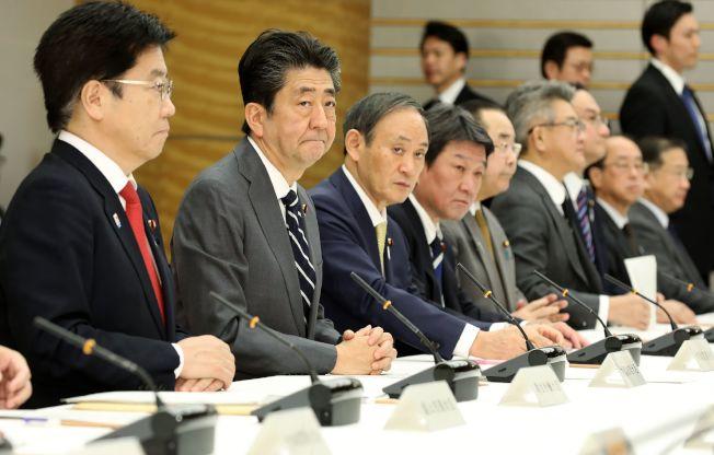 日本首相安倍(左二)14日出席新冠肺炎會議。(Getty Images)