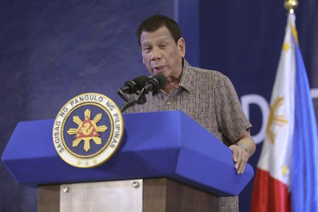 菲律賓14日正式解除對台旅遊禁令,據透露,菲律賓總統杜特蒂(圖)的行事作風偏「吃軟不吃硬」,涉外人士指雙邊關係風波暫息,台灣和菲國外交單位的穩健積極交涉功不可沒。美聯社