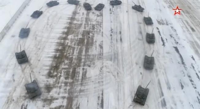 俄羅斯軍人以16台坦克車圍成心形向女友求婚。 (擷自YouTube)
