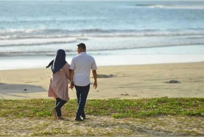 西洋情人節本該是戀人共同慶祝的日子,但在印尼,許多民眾卻無法與心上人共度佳節,甚至會被地方政府逮捕。 (Getty Images)