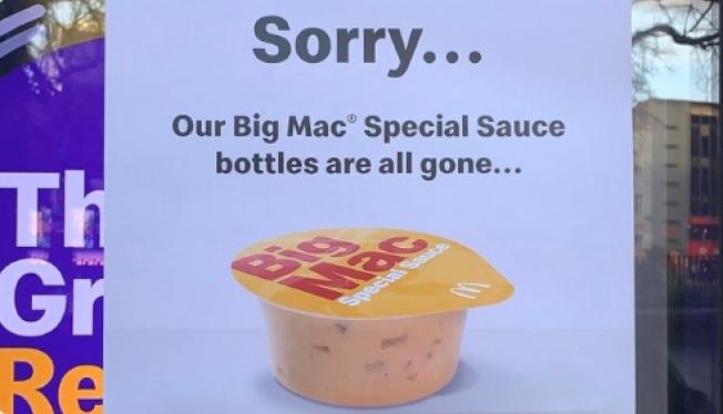 英國倫敦麥當勞近期開賣一款限量版大麥克調醬,民眾搶購一空。(擷自推特)