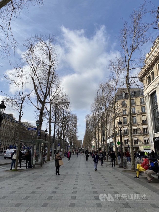 受武漢肺炎影響,中國旅行團盡數取消,全球觀光業都大受影響。巴黎香榭大道和往日相比亦相對冷清。受訪店家表示,多元化客群才能使品牌不受類似事件影響。中央社