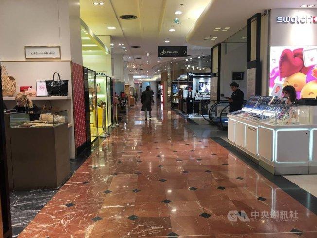 武漢肺炎衝擊全球觀光業,依賴中國客源的精品業首當其衝。法國拉法葉百貨近日出現空蕩情形,從業人員表示,部分較為依賴中國客群的店家,銷售額已掉至少5成。圖攝於2月13日。中央社