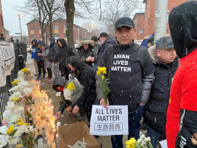 數百位民眾冒著風雪,出席了燭光追悼會,並高喊「還我公義」、「嚴懲兇手」、「亞裔的命也是命」等口號。(特派員黃惠玲/攝影)