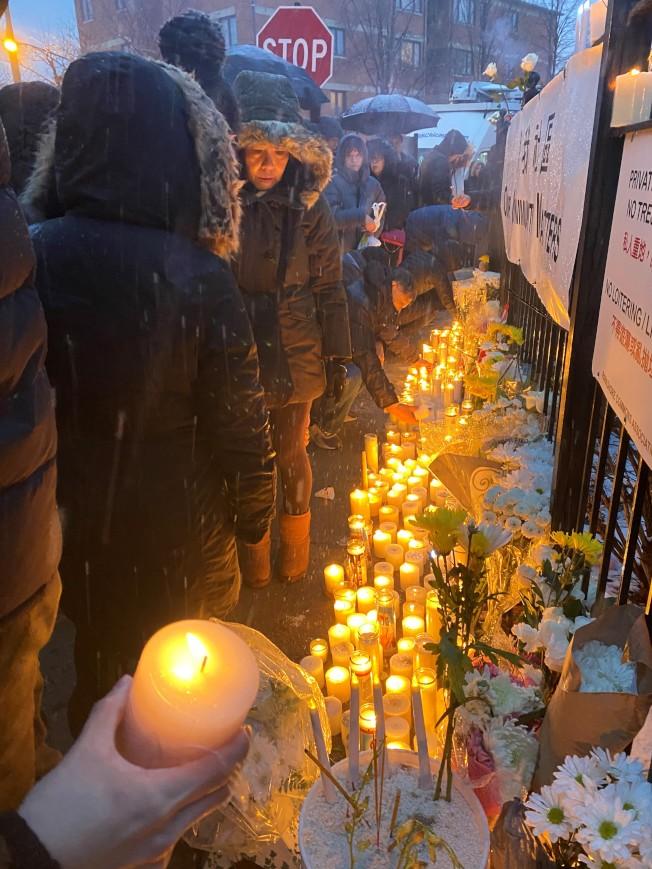 數百位民眾冒著風雪,到場獻花、點上蠟燭表達哀思。(特派員黃惠玲/攝影)