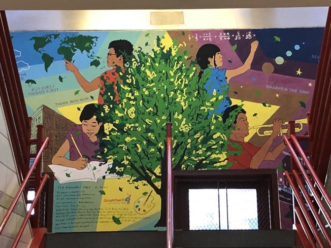 「仁慈樹」是該校20名五年級華裔學生在社區藝術家、以及老師的帶領下完成。(記者顏潔恩/攝影)