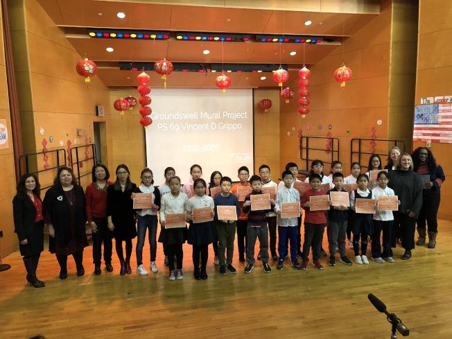 學校辦發獎狀給參與壁畫的20名華裔學生。(記者顏潔恩/攝影)