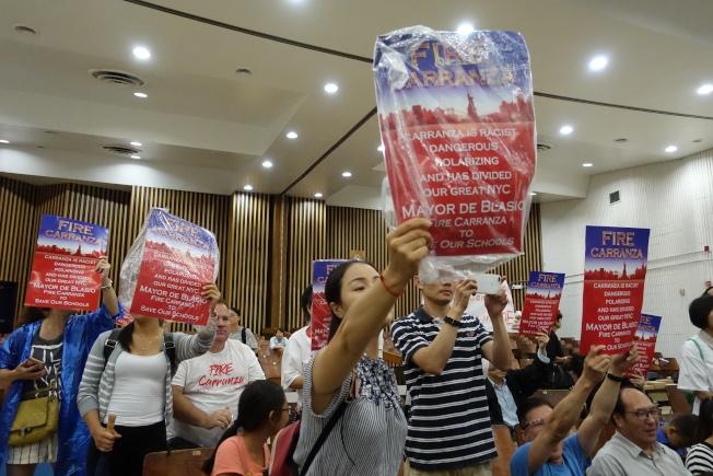 去年7月在孫逸仙初中舉辦的PEP會議上華裔家長抗議卡蘭扎。(本報檔案照)