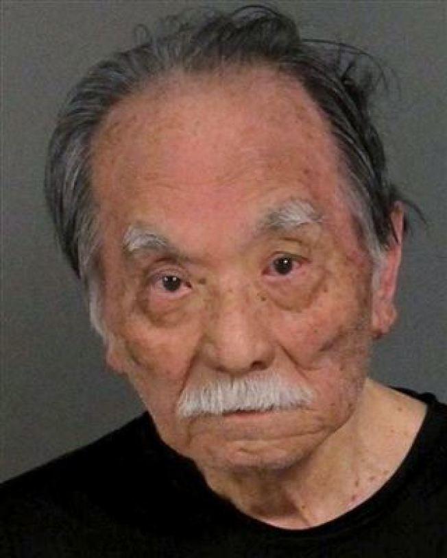 南加州一名丈夫的妻子車禍喪命,對方肇事逃逸,這名丈夫靠自己蒐查找到兇手的車輛,85歲的伊佐敏郎(圖)遭逮捕。(柯洛納市警局照片)