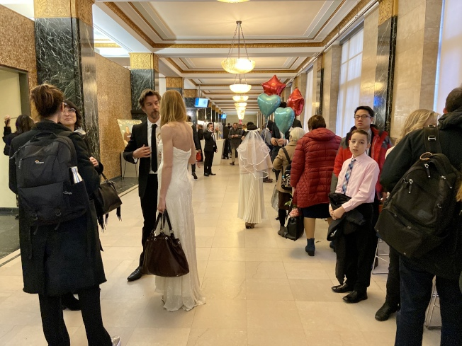 婚姻登記大廳簇擁著各族裔的情侶等待結婚。(記者鄭怡嫣/攝影)