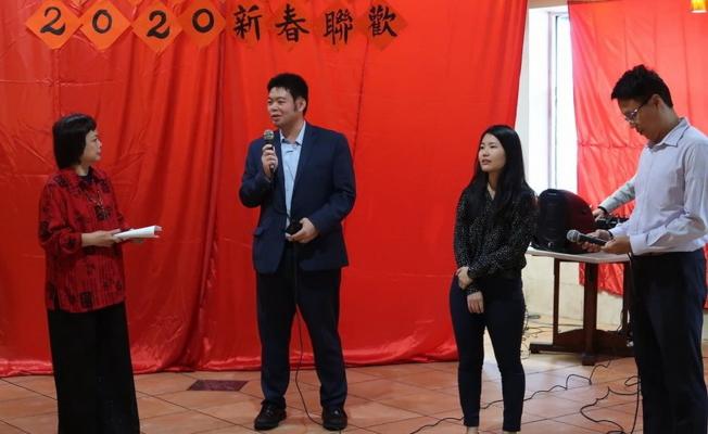 駐邁經文處副領事孫博先(左二)解說行動領務服務。(劉程驥提供)