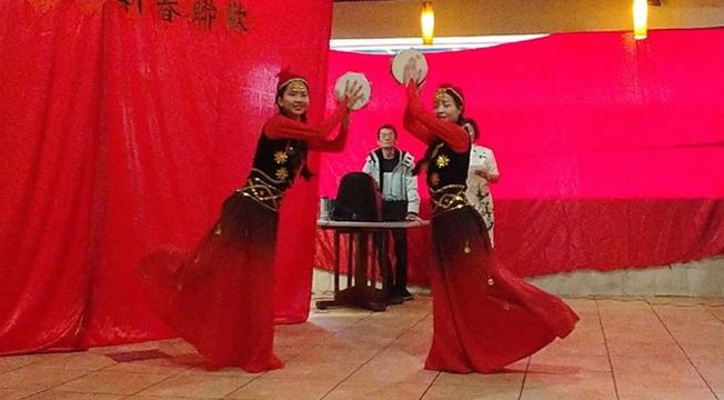 中美協會春節餐會表演節目之一┌邊疆舞蹈。(劉程驥提供)