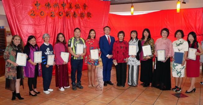 中美協會會長劉翠英(右六)頒發感謝狀給該會理事群,並與駐邁經文處處長錢冠州(左七)合影。(劉程驥提供)