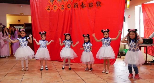 中美協會春節餐會表演節目之一中華學校小朋友舞蹈。(劉程驥提供)