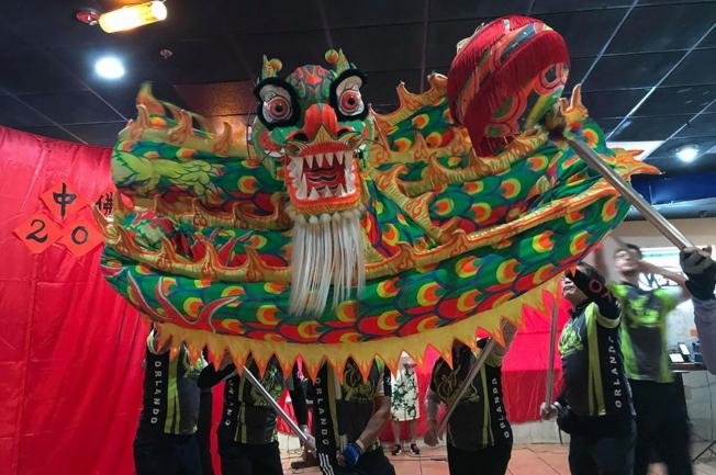 中美協會春節餐會表演節目之一中美龍舟隊舞龍。(劉程驥提供)