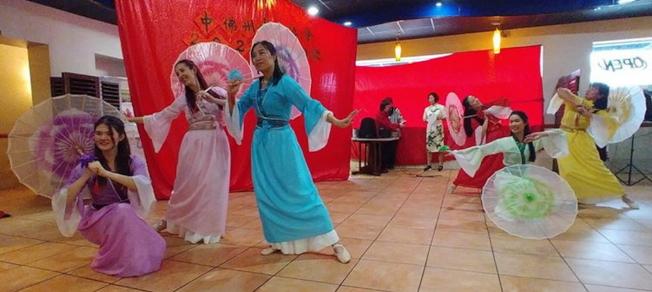 中美協會春節餐會表演節目之一六月茉莉傘舞。(劉程驥提供)