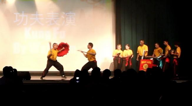華林武術館(Wah Lum Kung Fu)的洋弟子展示功夫。(何珥琳提供)