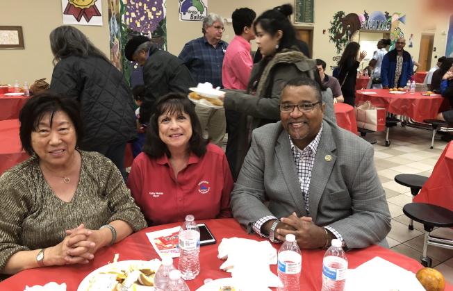 左起甘迺迪角華美協聯會前會長薛正凱,墨爾本市長Kathy Meehan(左一)及棕櫚灣市長William Capote。(詹翠華提供)。