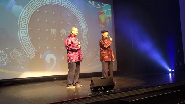 穆椿榮(左),邵熙明(右)演唱京劇「 鍘美案」選段。(孫博先提供)