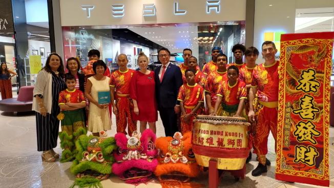 Dadeland Mall市場開發主任Lourdes Rodriguez(著紅洋裝者)及駐邁經文處處長錢冠州(著西裝者)出席台灣之夜酒會。(孫博先提供)