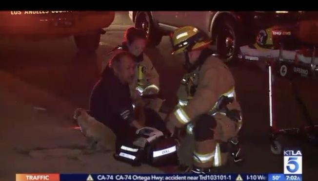蒙市消防局成功救出住戶和他的愛犬。(取自KTLA)
