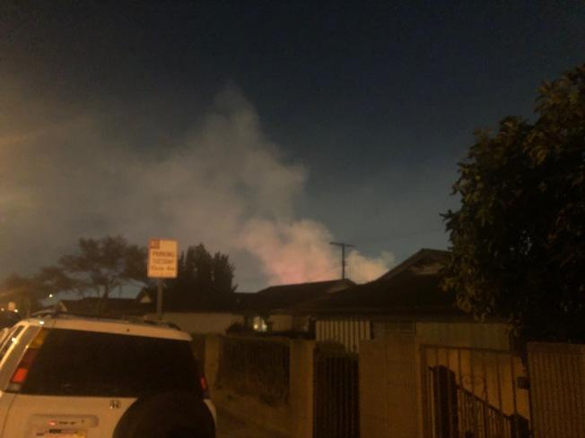 蒙特利公園市13日深夜發生公寓失火,消防人員即時趕到滅火。(記者胡清揚╱攝影)
