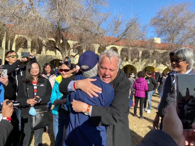 CDC宣布隔離結束,總領事傅傑明與南希博士激動擁抱,百感交集。(受訪者提供)