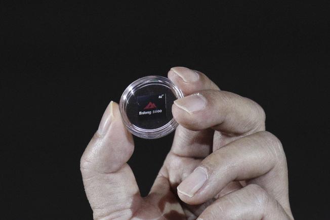 圖為華為手機自行開發的霸龍芯片。(美聯社)