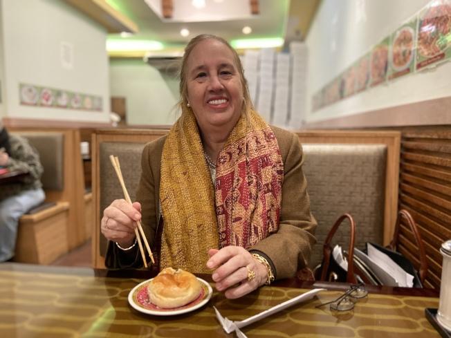 高步邇開心享用叉燒包和雲吞麵,鼓勵民眾多來華埠消費。(記者鄭怡嫣/攝影)