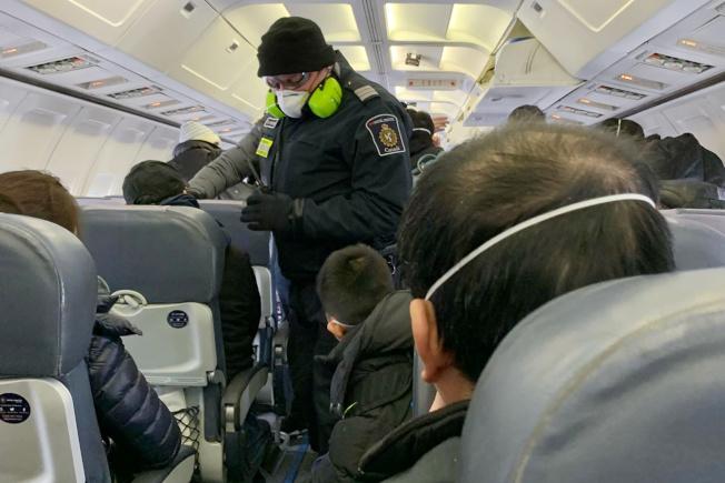 搭飛機戴口罩是否有用,須視當下情況而定。(路透)