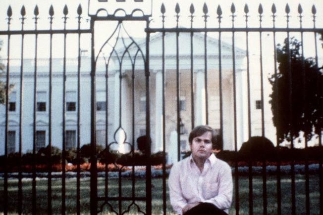 辛克利作案之前曾在白宮門口留影。 (Getty Images)