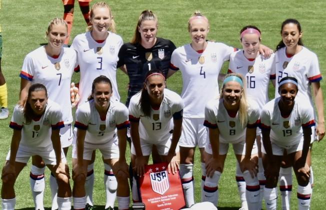 美國女足隊長摩根(前排中)和後衛厄茲(前排右二)都在灣區踢球多年。(記者黃少華/攝影)
