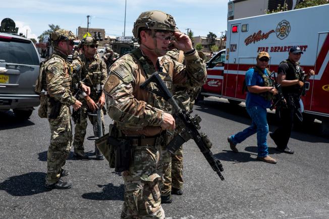 受過專門訓練、被稱為BORTAC的精銳戰術部隊人員,將派往芝加哥和紐約等城市,增強當地ICE官員逮捕移民能力。圖為去年8月德州艾爾巴索發生大規模槍案,BORTAC部隊曾到現場。(Getty Images)