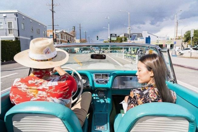 Bella(右)情人節PO文,駕駛者背影似乎就是高以翔。(取材自Instagram)