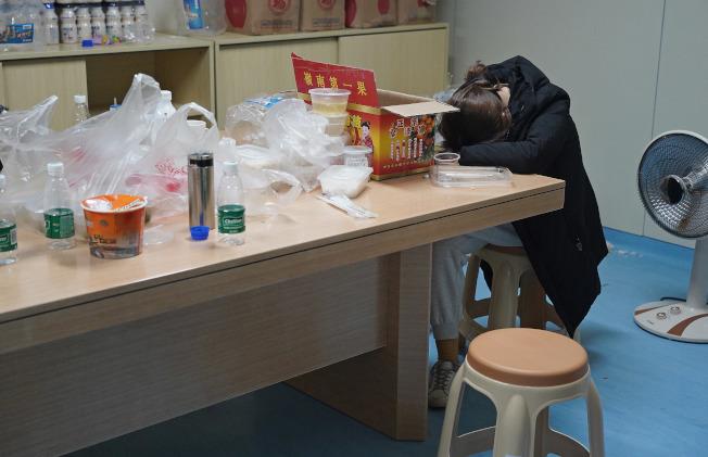 醫護人員常同時忙於行政及救傷工作,有時累得只能在院內休息室短暫休息。圖與文中內容無關。(新華社)