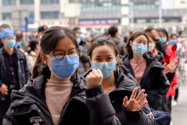 中國抽調各地醫護精英奔赴武漢對抗疫情,圖為江西南昌的醫護人員列隊出發。(Getty Images)