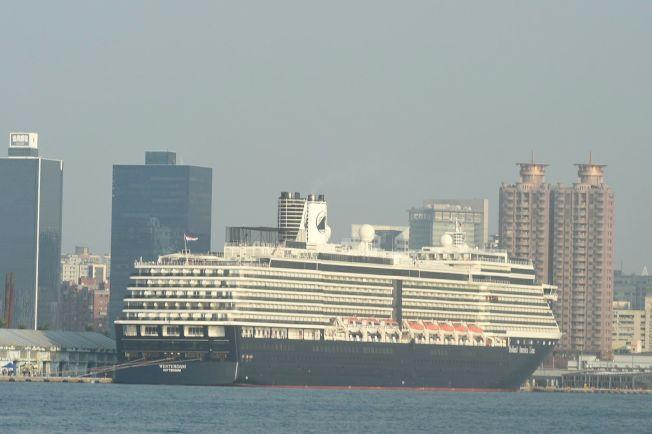 圖為5日駛離高雄港的威士特丹號郵輪。(本報系資料照片)