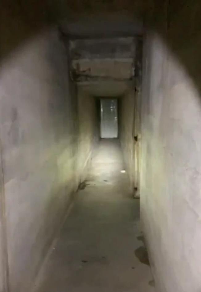 印州男子買了一棟有87年歷史的老房子,意外發現地下室牆後有個秘密機關,打開後竟然出現一條隧道。(取自臉書)