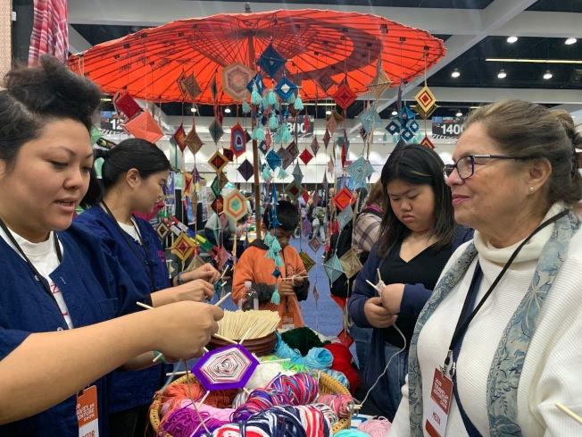 泰國旅遊局攤位教大家做手工。(記者張宏/攝影)